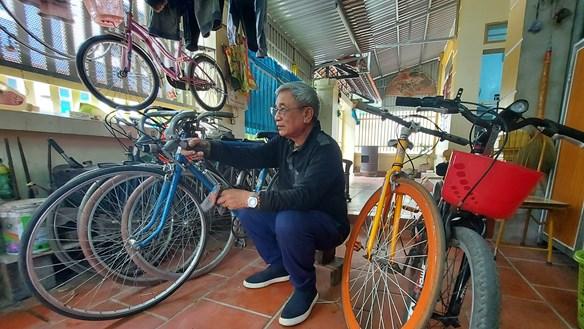 Ông giáo và những chiếc xe đạp cũ