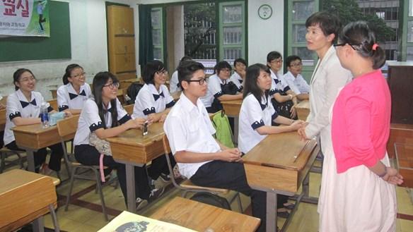 Có 'bắt buộc' học sinh học tiếng Hàn, tiếng Đức?
