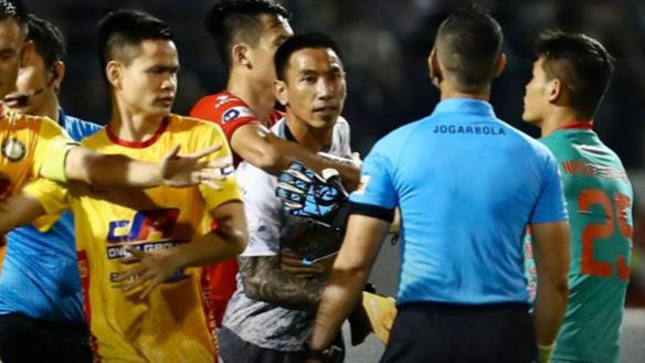 Trọng tài V.League lên tiếng muốn được bảo vệ: Chuyện hiếm có nhưng cần!