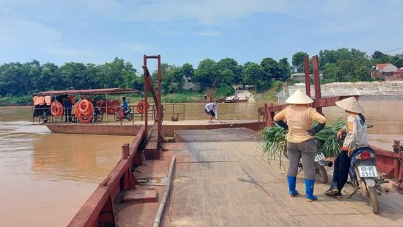Hiểm họa rình rập ở cầu phao Cẩm Vân
