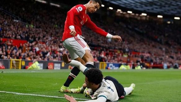 C.Ronaldo nổi điên, có hành động xấu xí 'không thể chấp nhận được'