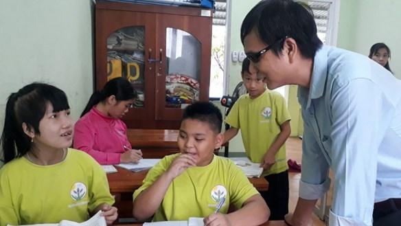 Tấm lòng của thầy giáo khiếm thị cưu mang nhiều trẻ khuyết tật