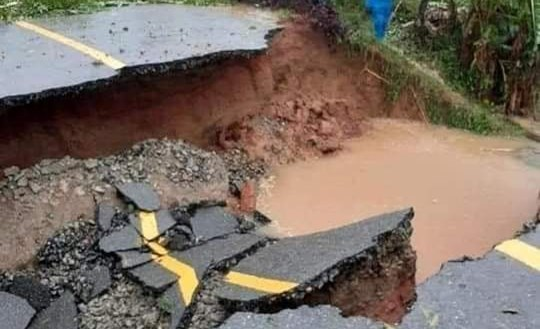 Hà Tĩnh: Lở núi, gãy đường, giao thông tê liệt cục bộ