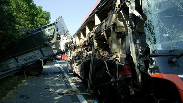 Hà Nam: Xe khách đâm xe tải, 5 người phải cấp cứu