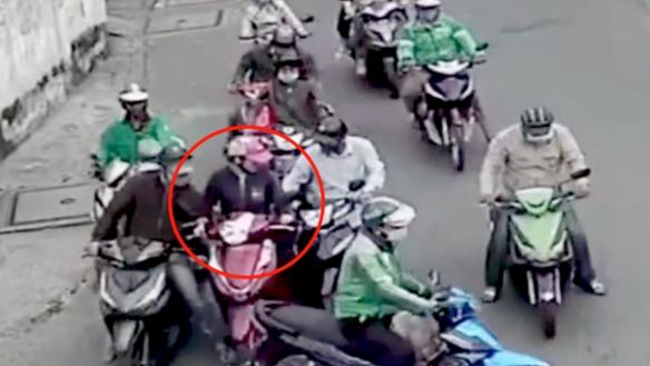 [VIDEO]: Trắng trợn dàn cảnh cướp của người phụ nữ giữa ban ngày