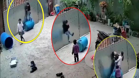 [VIDEO] Thót tim khoảnh khắc bé trai suýt chết trong tư thế treo cổ