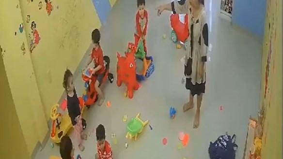 [VIDEO CLIP]: Cô giáo đánh trẻ mầm non ở Nha Trang gây xôn xao dư luận