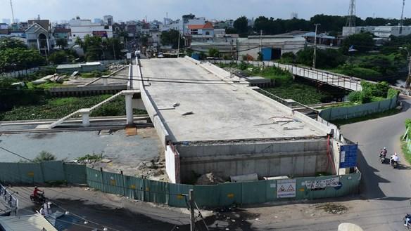 Cầu sập nhiều năm, cầu mới vẫn 'trùm mền'