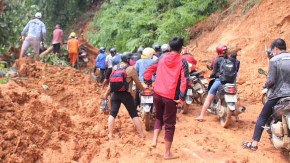 Quảng Nam: Đã tiếp cận ngôi làng có 80 hộ dân bị cô lập