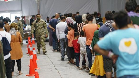 Phía trong một trại sơ tán tập trung của người dân Afghanistan tại Mỹ