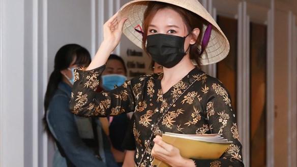 [ẢNH] 'Sao' Việt trong ngày: Hariwon hóa gái quê đi 'đánh ghen' ở họp báo