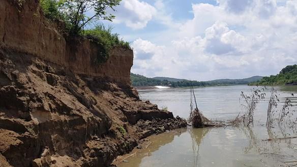 Bờ bãi trôi tuột xuống lòng sông