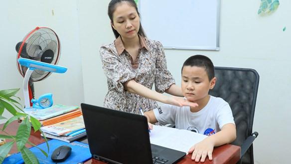Ngồi học trực tuyến sai tư thế: Trẻ có nguy cơ cận thị, gù lưng