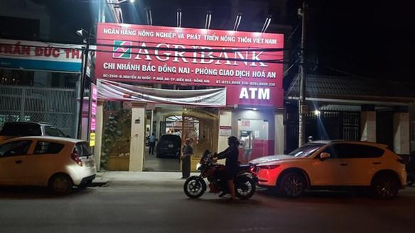 Cảnh tên cướp xông vào ngân hàng tại Đồng Nai ghi lại qua camera an ninh