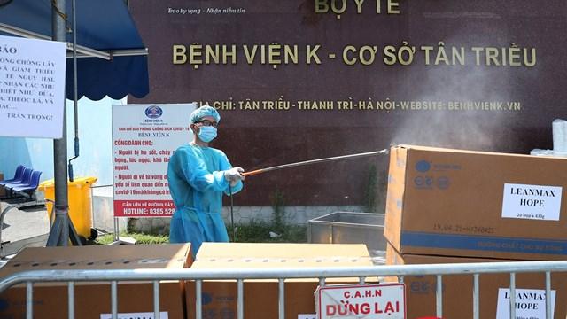 Những gói đồ tiếp tế cho người nhà bên trong Bệnh viện K