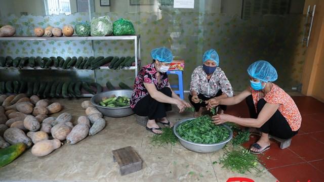 Phật tử chùa Đống - Phúc Long Tự nấu cơm tặng người cách ly ở Bệnh viện K