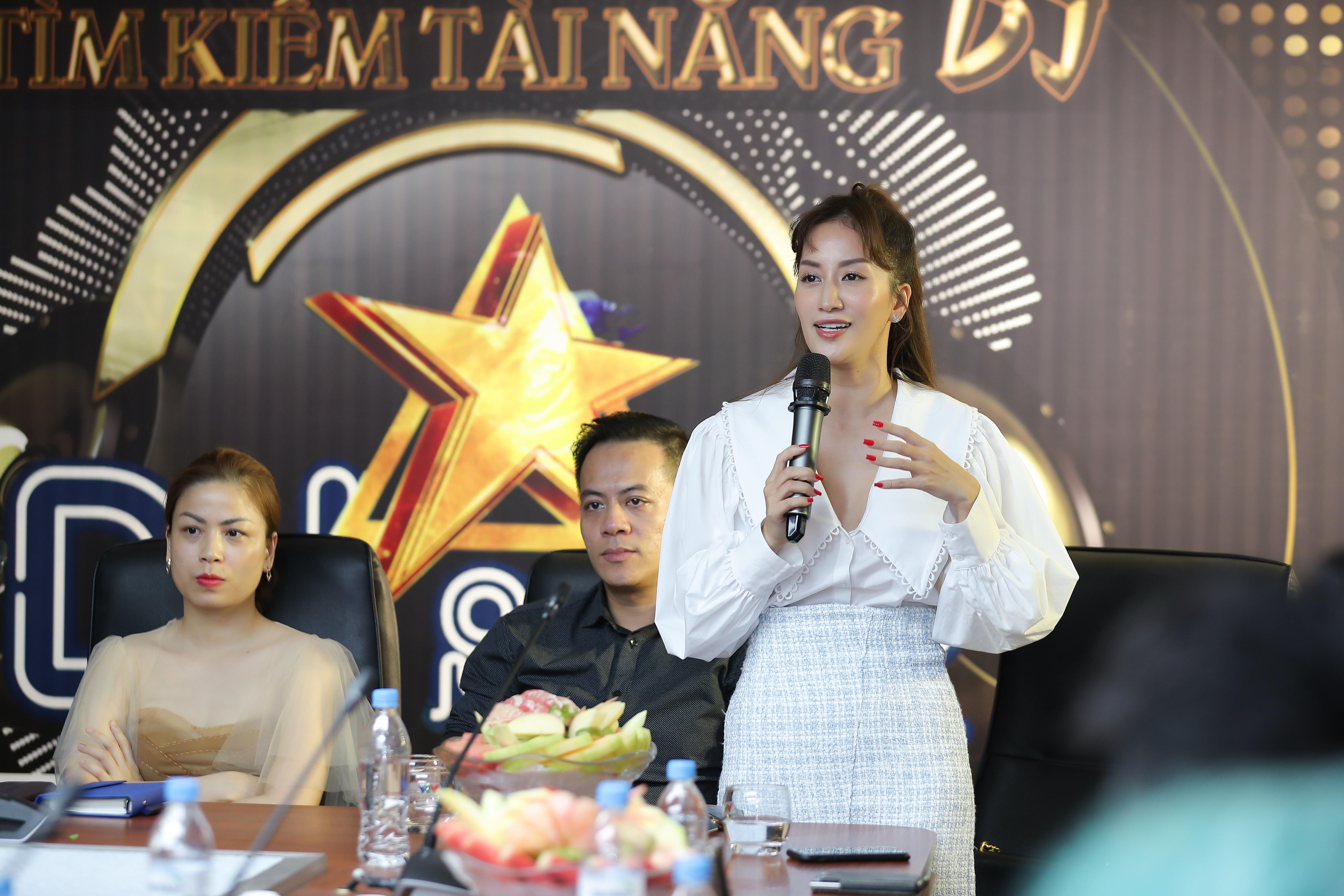 Nữ hoàng DanceSport Khánh Thi (đứng) là thành viên Ban giám khảo đêm Chung kết. Ảnh: Hòa Nguyễn.