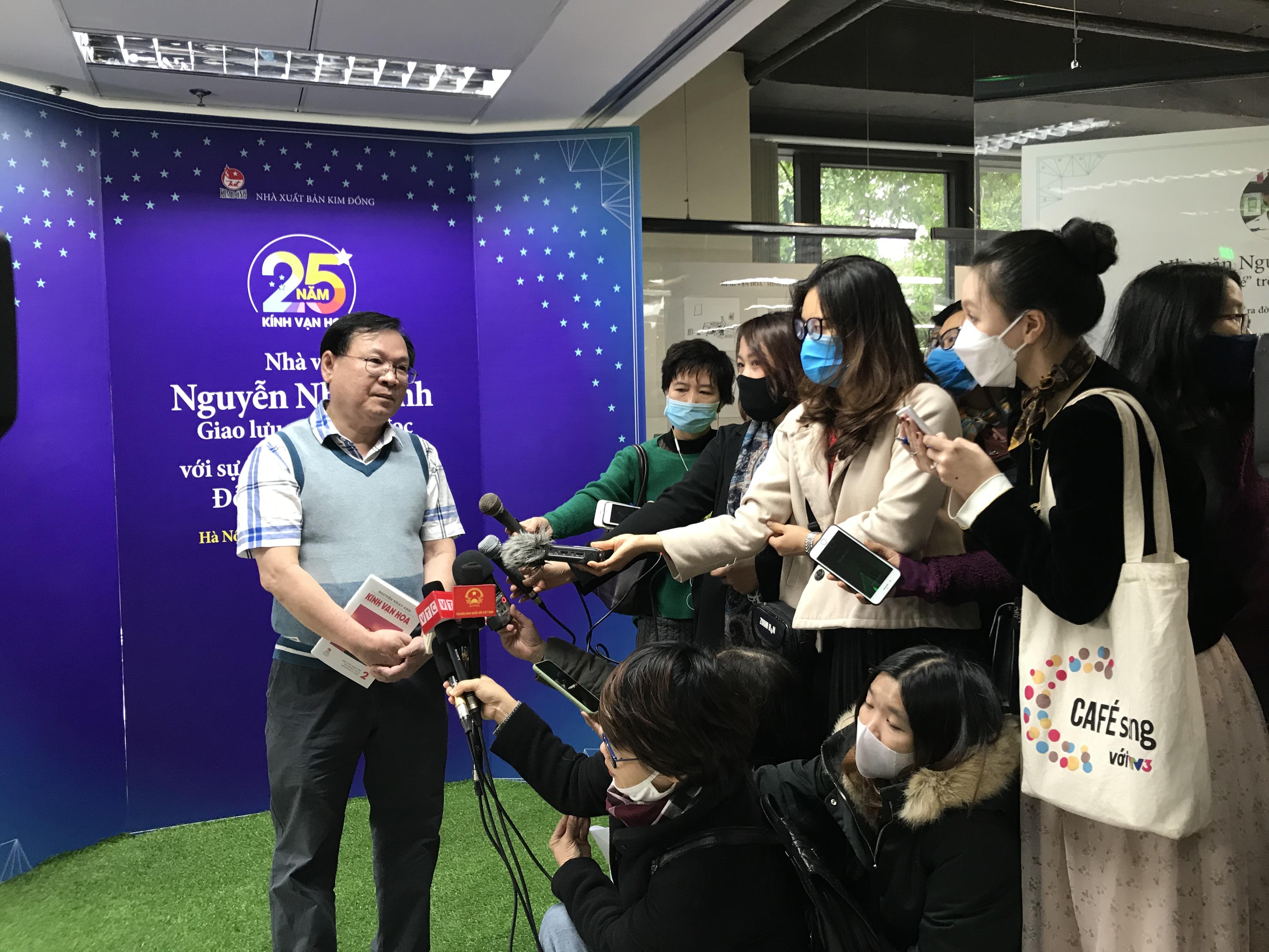 Nhà văn Nguyễn Nhật Ánh trong vòng vây của truyền thông.