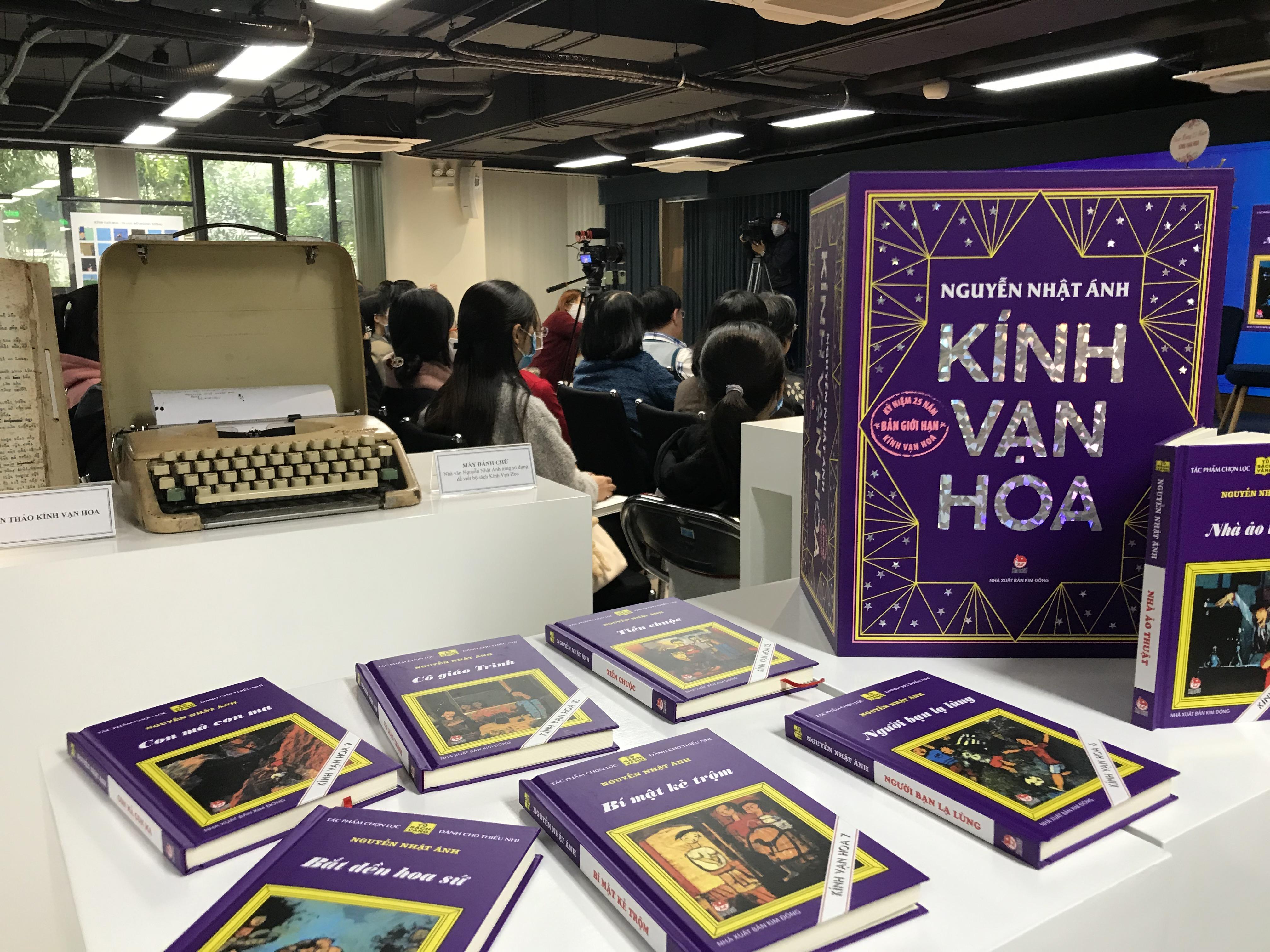 """Chiếc máy chữ nhà văn Nguyễn Nhật Ánh sử dụng và bộ sách """"Kính vạn hoa"""" mới nhất, được in theo bản in lần đầu tiên."""