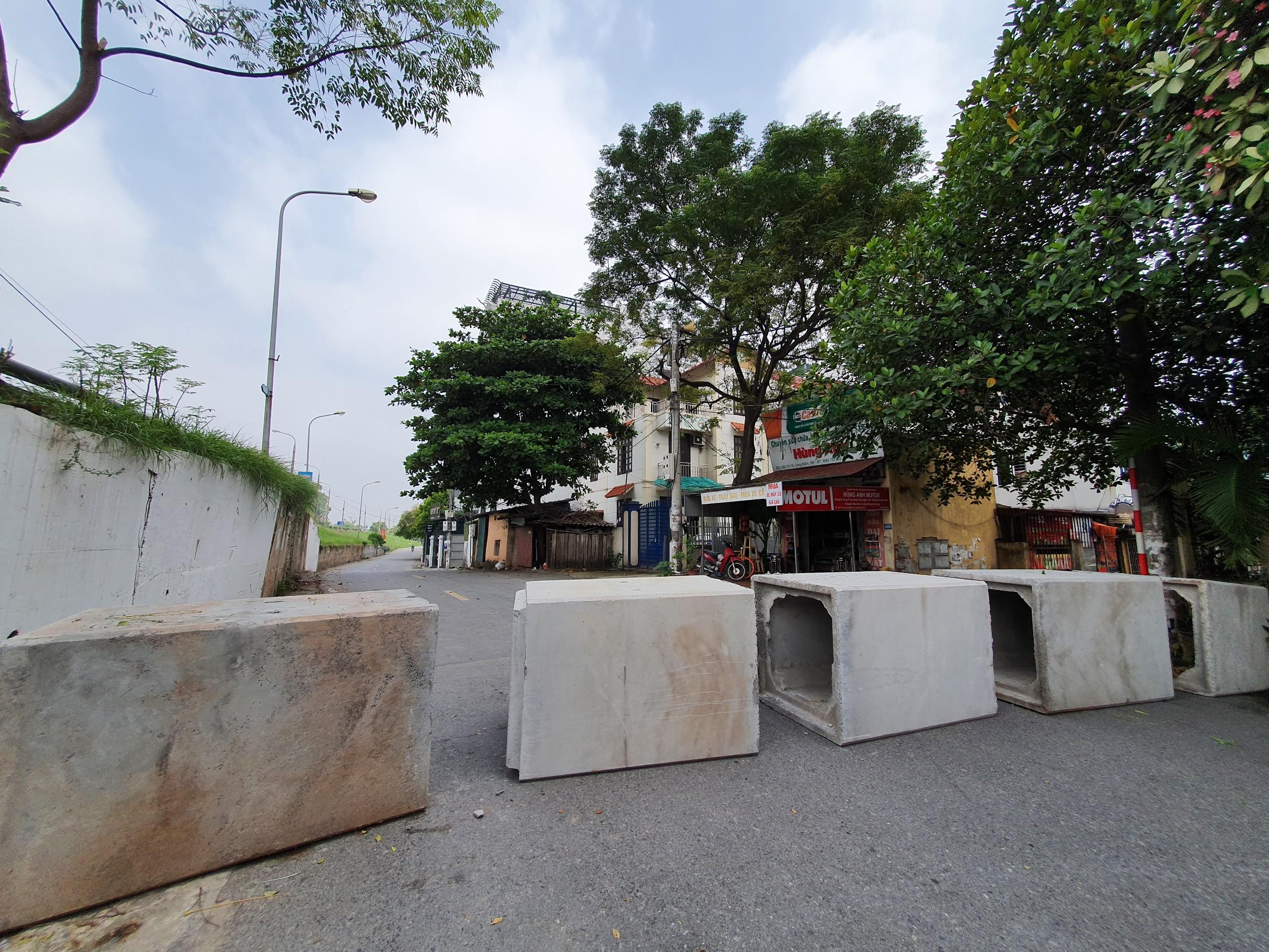 """Được biết, phường Long Biên đã tiến hành dựng nên 44 chốt chặn, trong đó có nhiều chốt """"cứng"""" bằng bê tông, gạch, container."""