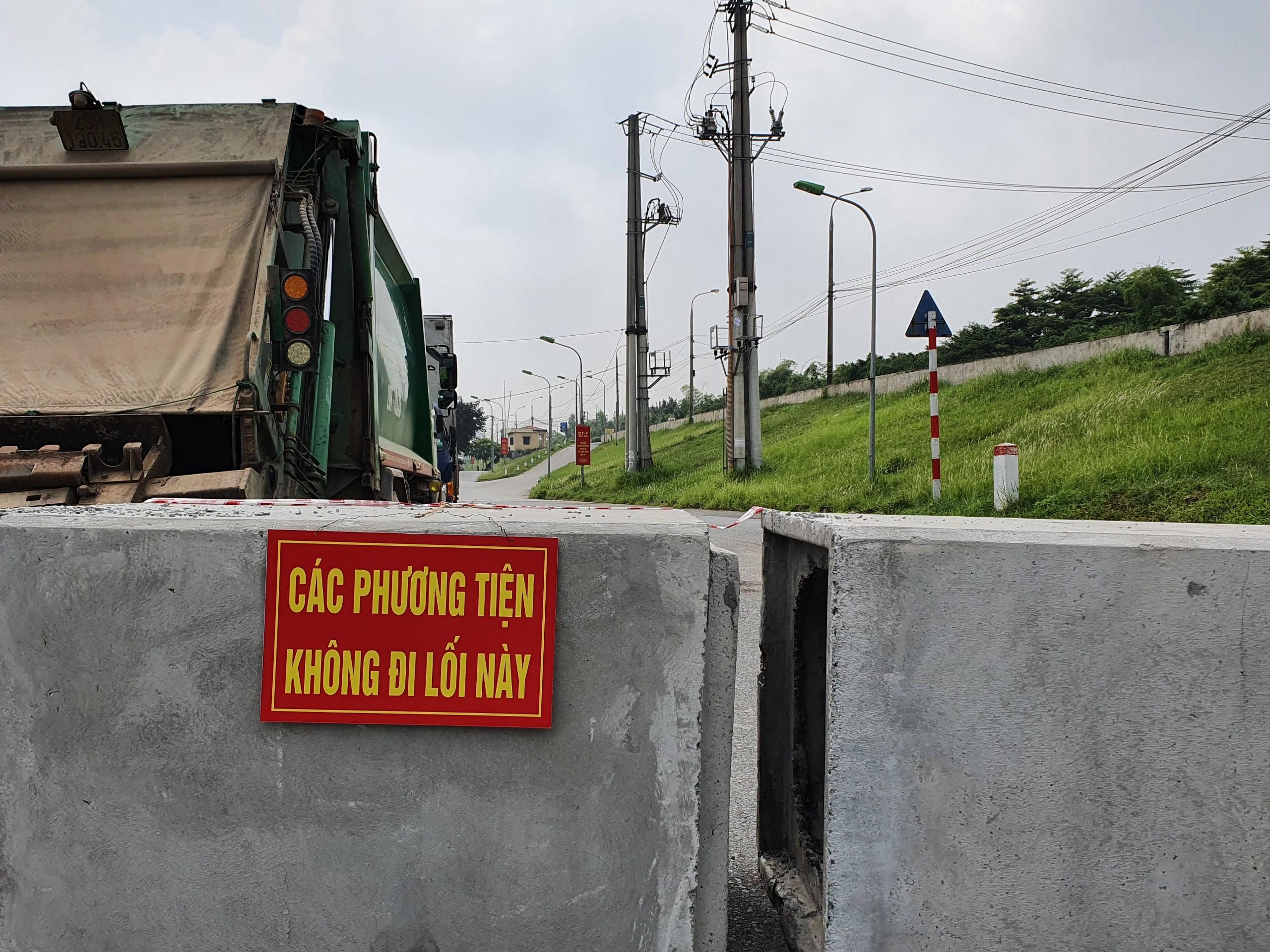Ghi nhận của PV Đại Đoàn Kết Online, nhiều con đường trên địa bàn phường Long Biên, phường Thạch Bàn (Quận Long Biên, Hà Nội) đã được chặn đứng nhằm ngăn không cho người dân di chuyển.