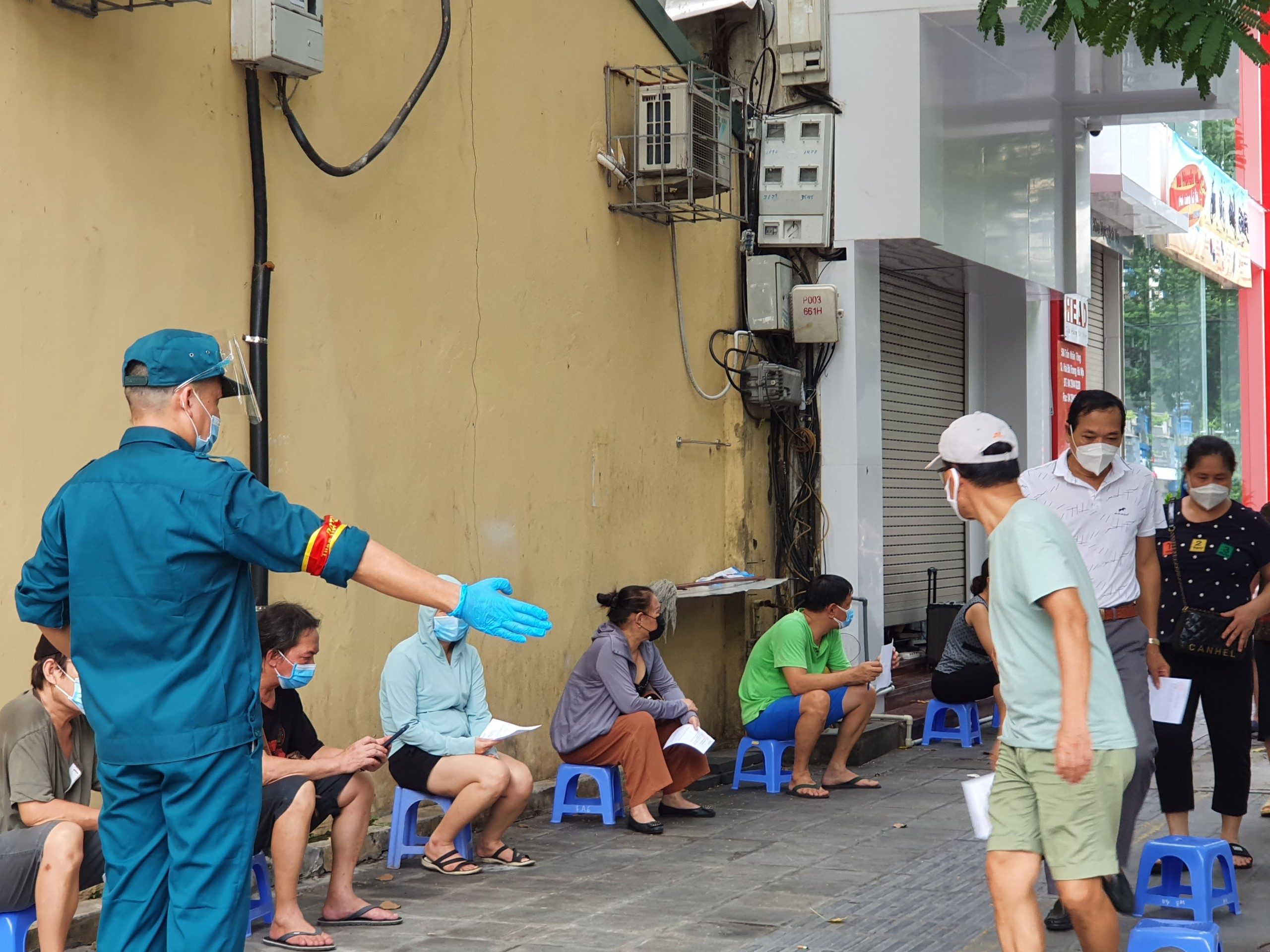 Lực lượng chức năng tham gia điều động người dân vào khu vực lấy mẫu xét nghiệm.