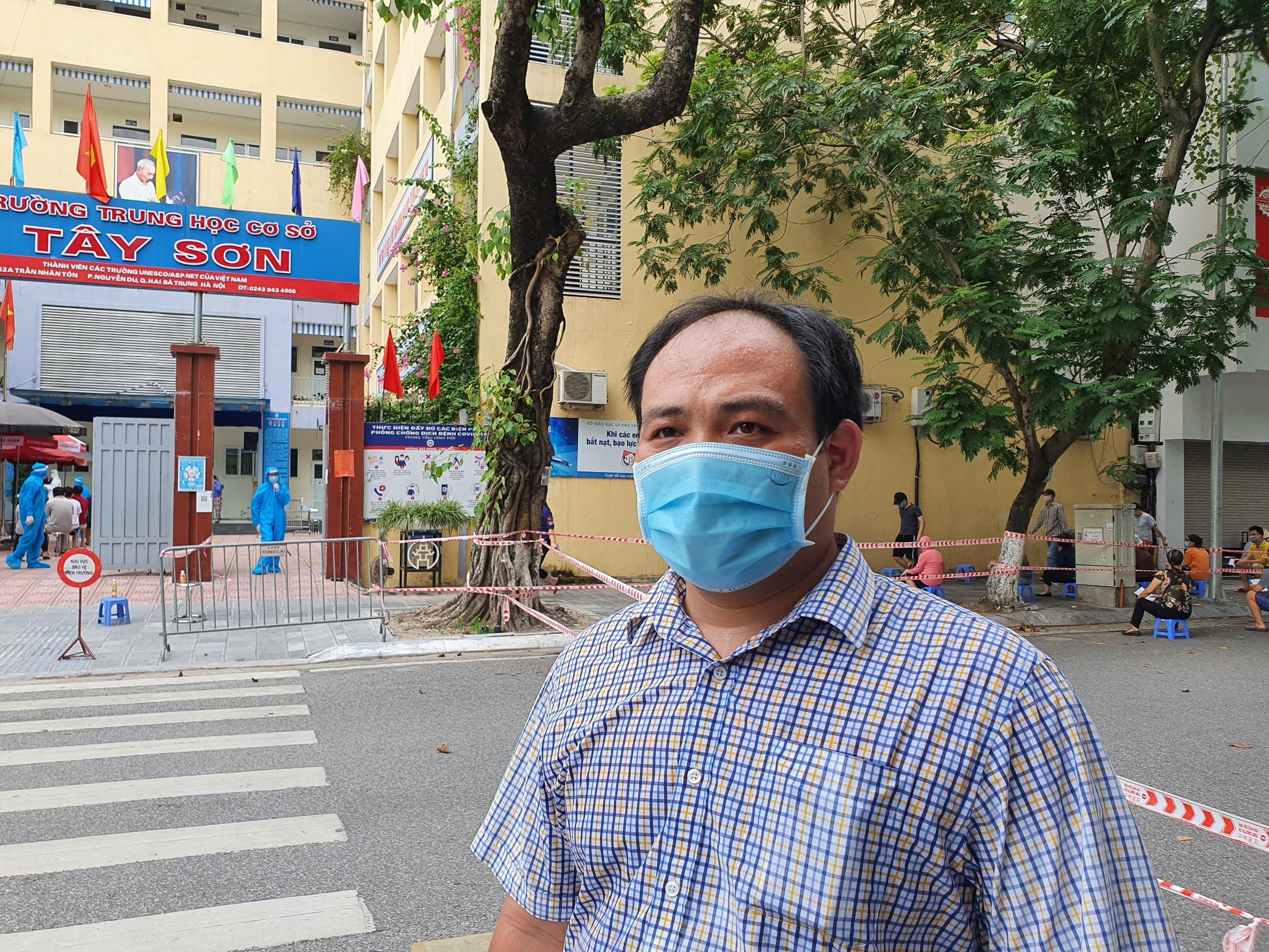Ông Dương Minh Đức, Chủ tịch UBND phường Nguyễn Du cho biết, nhìn chung người dân thực hiện nghiêm chỉnh theo đúng hướng dẫn của ban tổ chức. Tuy nhiên nhiều người vẫn còn tâm lí lo sợ, e dè. Trong ngày hôm nay, chúng tôi sẽ cố gắng lấy đủ số mẫu yêu cầu phục vụ công tác truy vết, phát hiện sớm các trường hợp có thể lây nhiễm trong cộng đồng.
