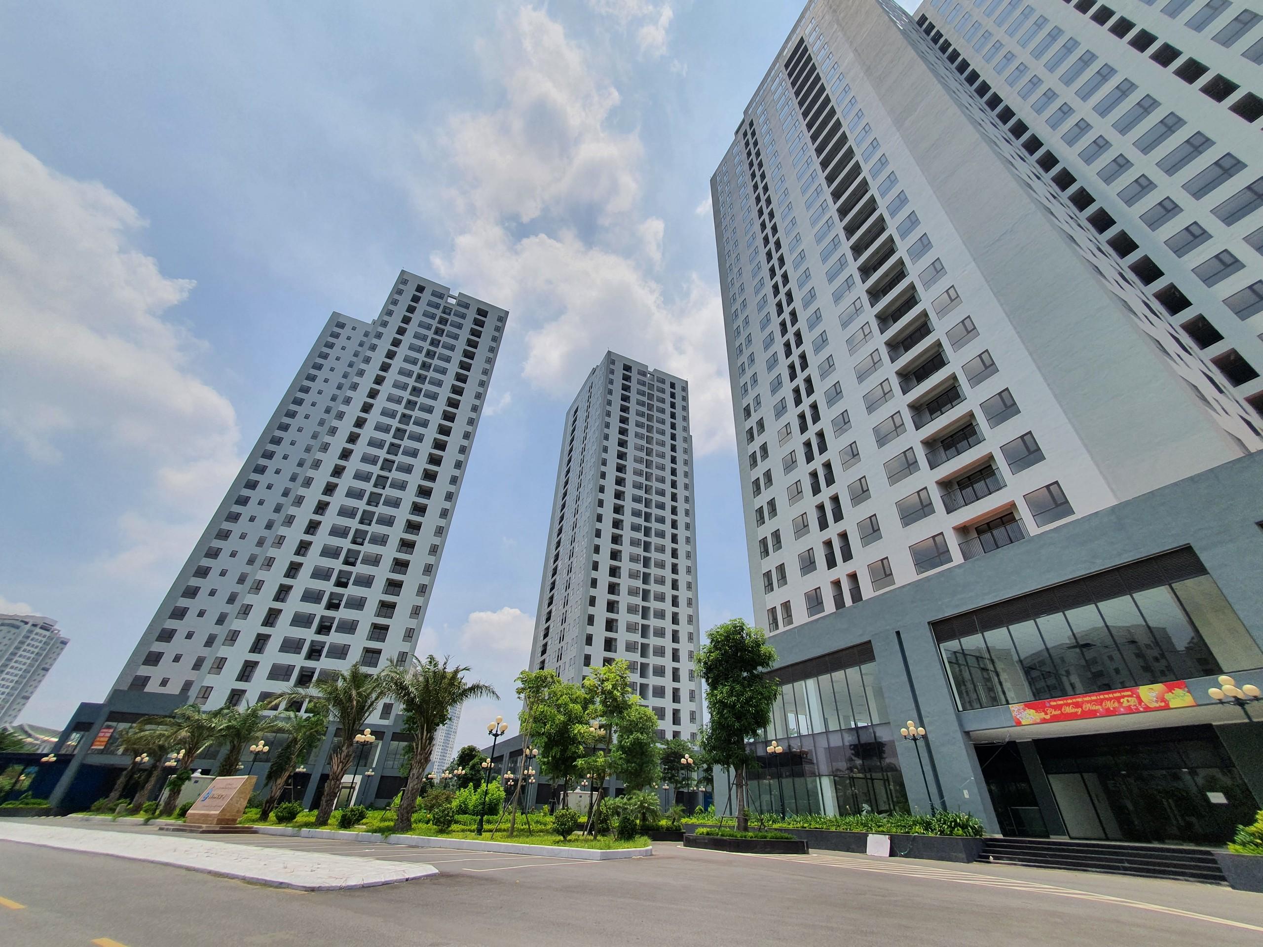 Ngoài ra,Dự án nhà ở thương mại phục vụ tái định cư tại khu X2 Đại Kim, quận Hoàng Mai cũng được trưng dụng làm khu cách ly, bệnh viện da chiến.