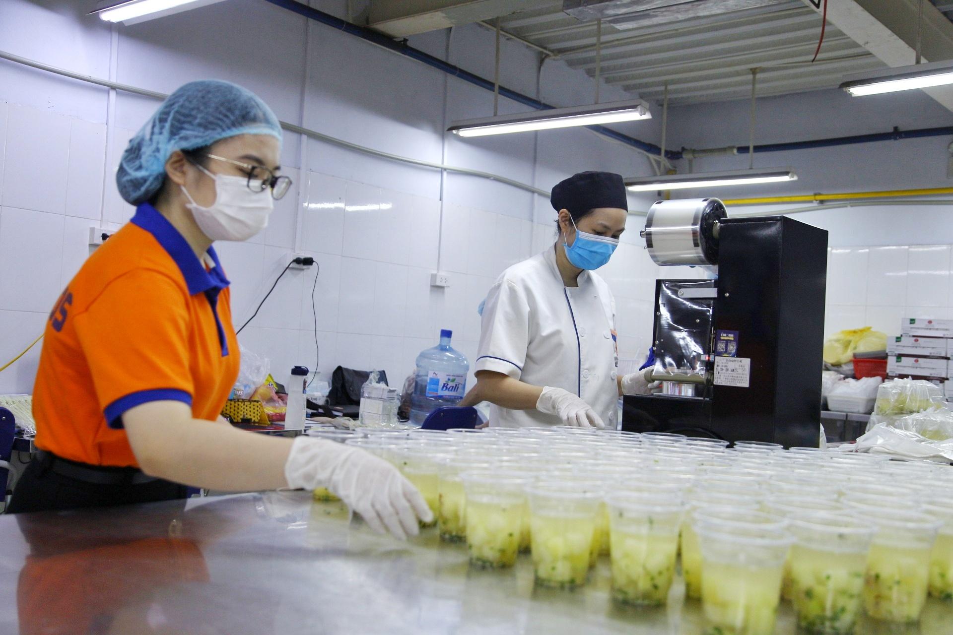 Tất cả các nguồn thực phẩm đều được lựa chọn cẩn thận, đảm bảo vệ sinh an toàn thực phẩm. Ngày đầu tiên triển khai hơn 300 suất ăn, thời gian sắp tới sẽ nâng lên khoảng 1.000 suất/ngày để lan tỏa được nhiều hơn.