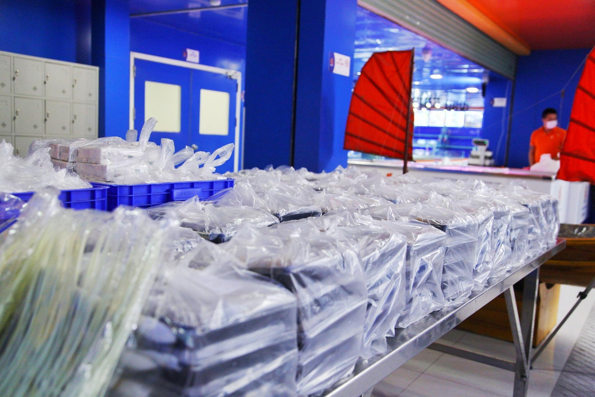 Khoảng 10h, các suất cơm đã sẵn sàng để vận chuyển. Trước đó, Food Banks Việt Nam và BNAFOODS đã làm việc với Ủy ban MTTQ quận Hai Bà Trưng trong ngày đầu thực hiện, lên danh sách các địa điểm và số lượng suất ăn hỗ trợ cụ thể.