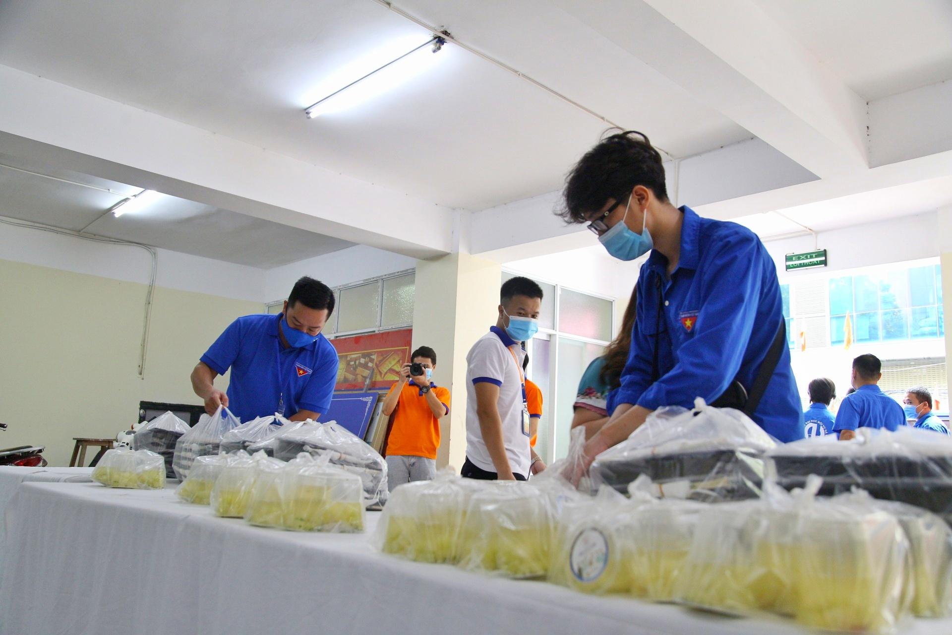 """""""Food Banks Việt Nam hi vọng sẽ còn phát triển lâu dài, tuy nhiên trong tình hình dịch bệnh hiện nay chúng tôi ưu tiên cho các hoạt động về hỗ trợ các suất ăn, thực phẩm… Sau khi hết dịch, chúng tôi sẽ tiếp tục các chương trình hỗ trợ người nghèo cũng như hỗ trợ hệ thống thực phẩm lâu dài tại Việt Nam"""", đại diện Food Banks cho biết."""