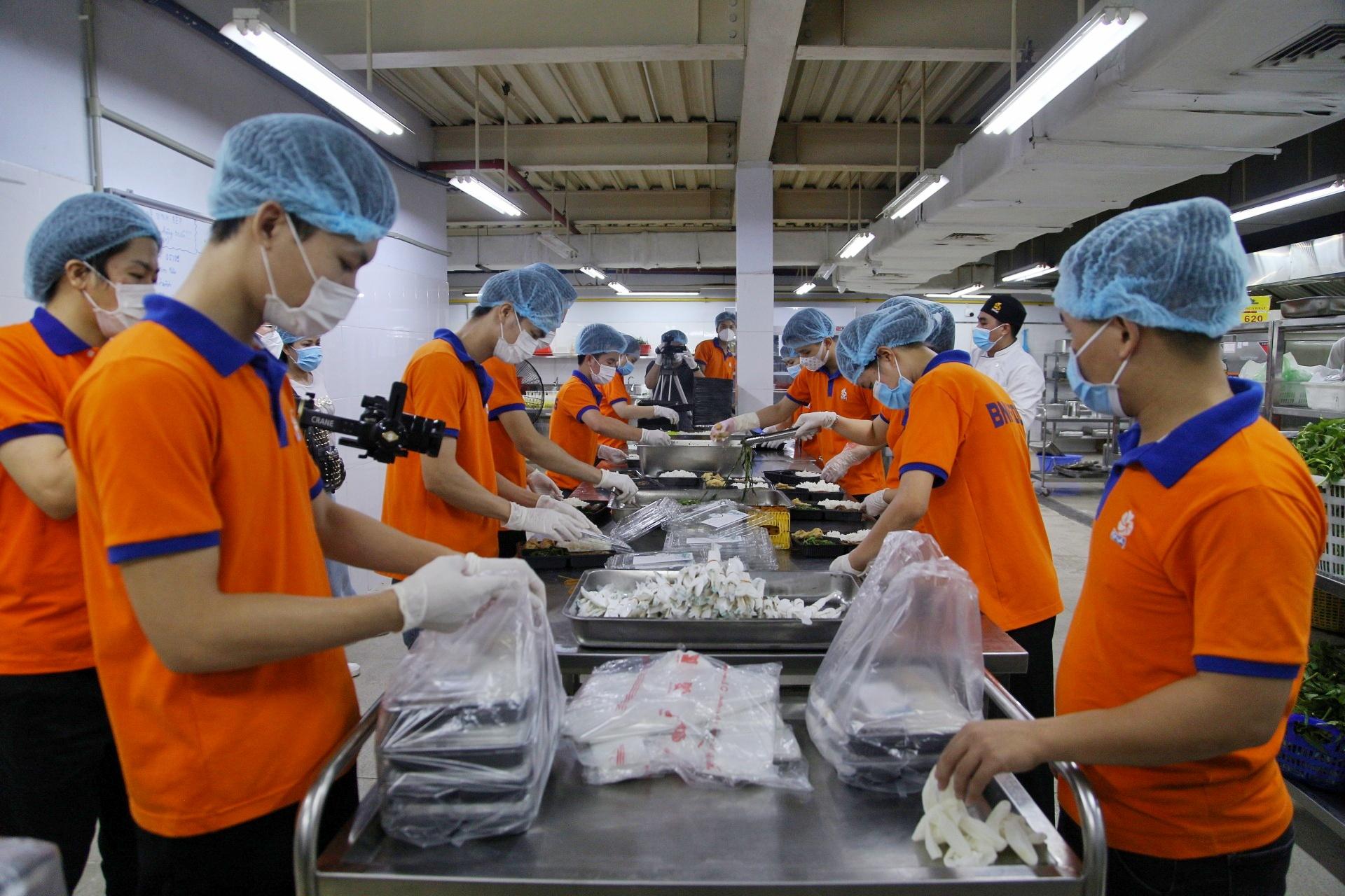 Theo đó, chương trình được Food Banks Việt Nam phối hợp cùng BNAFOODS tổ chức sẽ trao tặng hàng ngàn suất ăn 0 đồng đến lực lượng y tế, chốt trực tại quận Hai Bà Trưng và Ba Đình (Hà Nội).