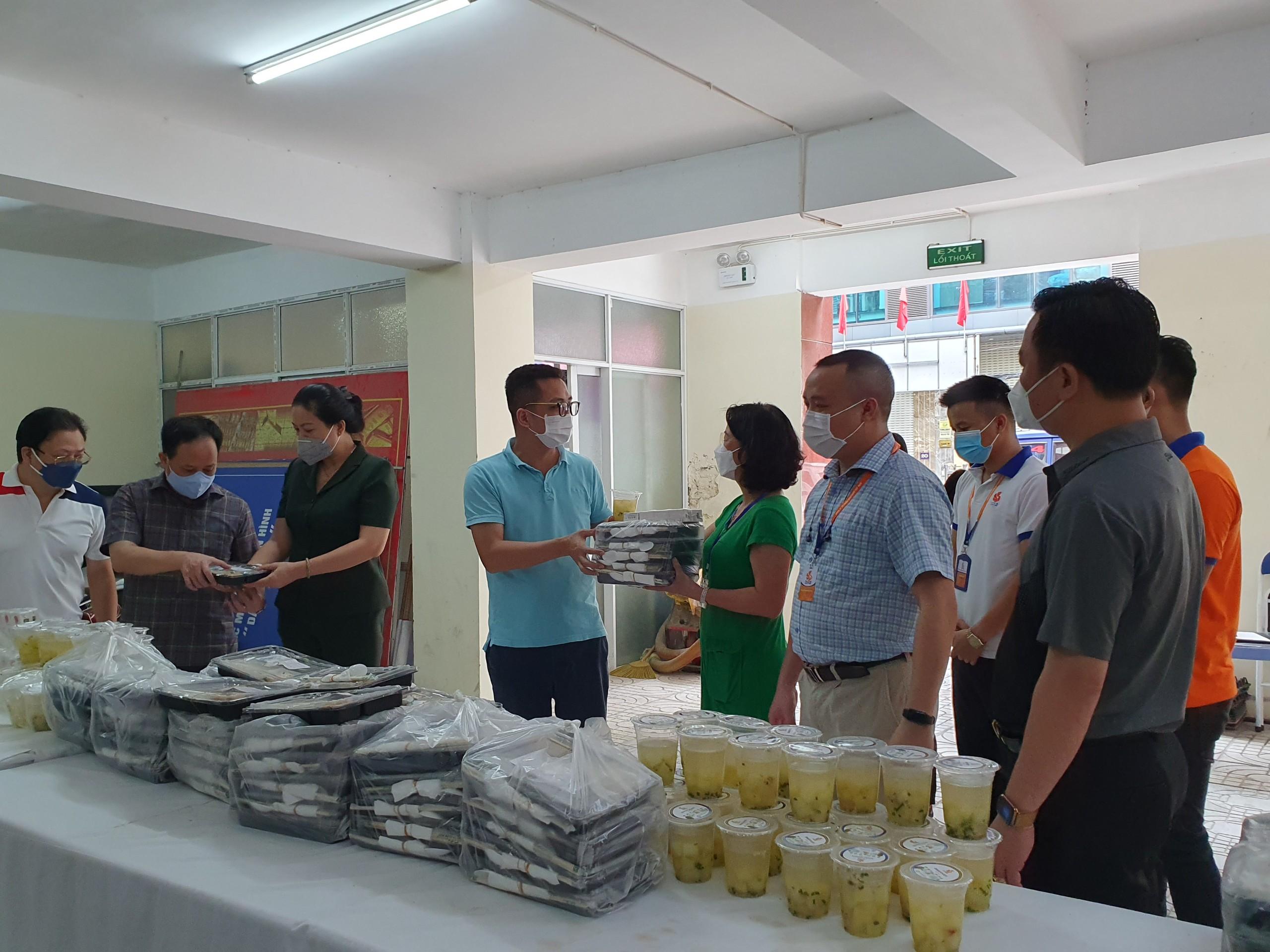 Khoảng hơn 11h, những suất ăn đã được tập trung tại Trung tâm Bồi dưỡng Chính trị quận Hai Bà Trưng, nơi tập kết các suất ăn 0 đồng.