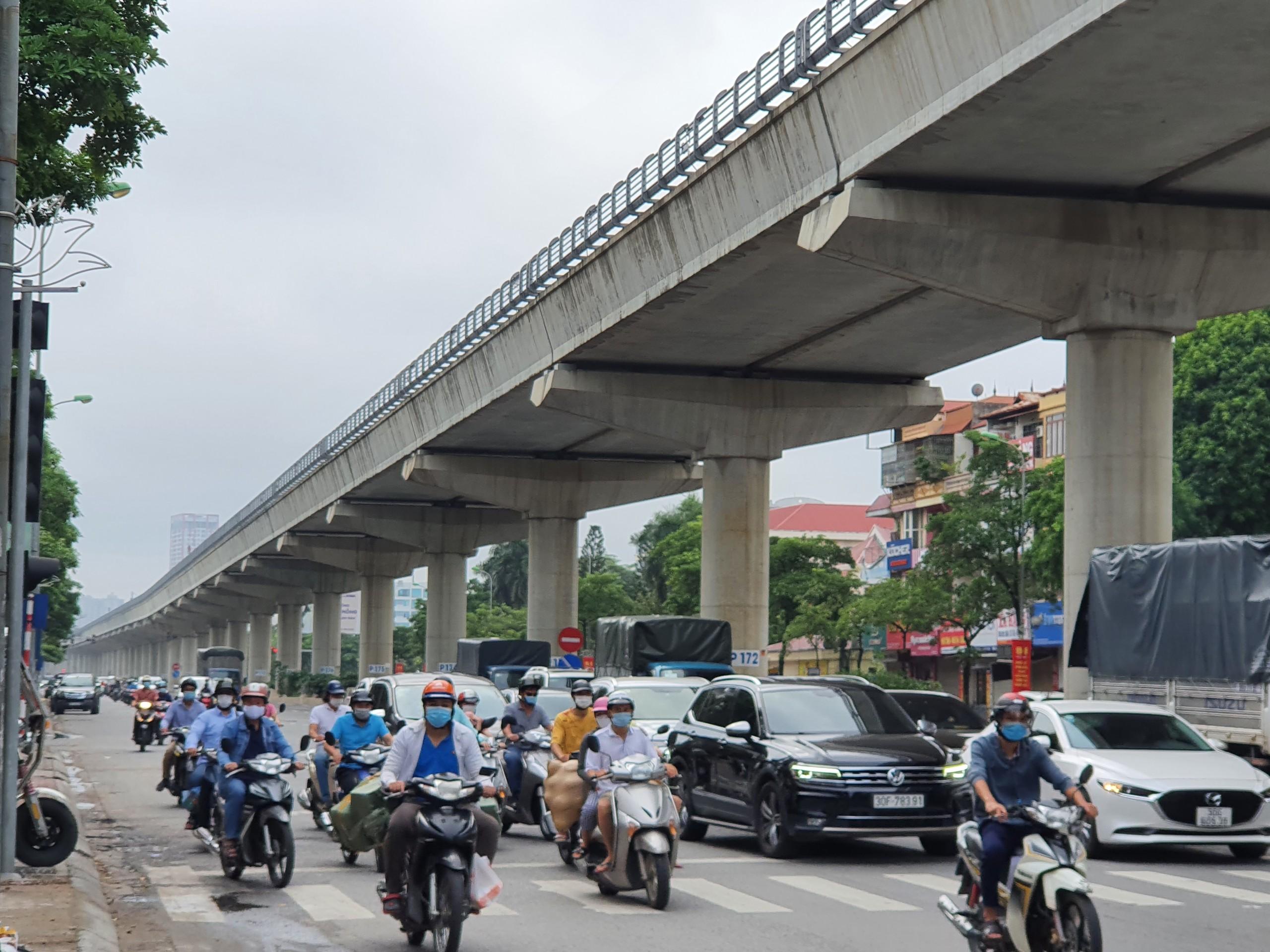 Khác hẳn với những ngày thực hiện các quy định giãn cách trước đây, đường phố Hà Nội đã trở nên tấp nập.