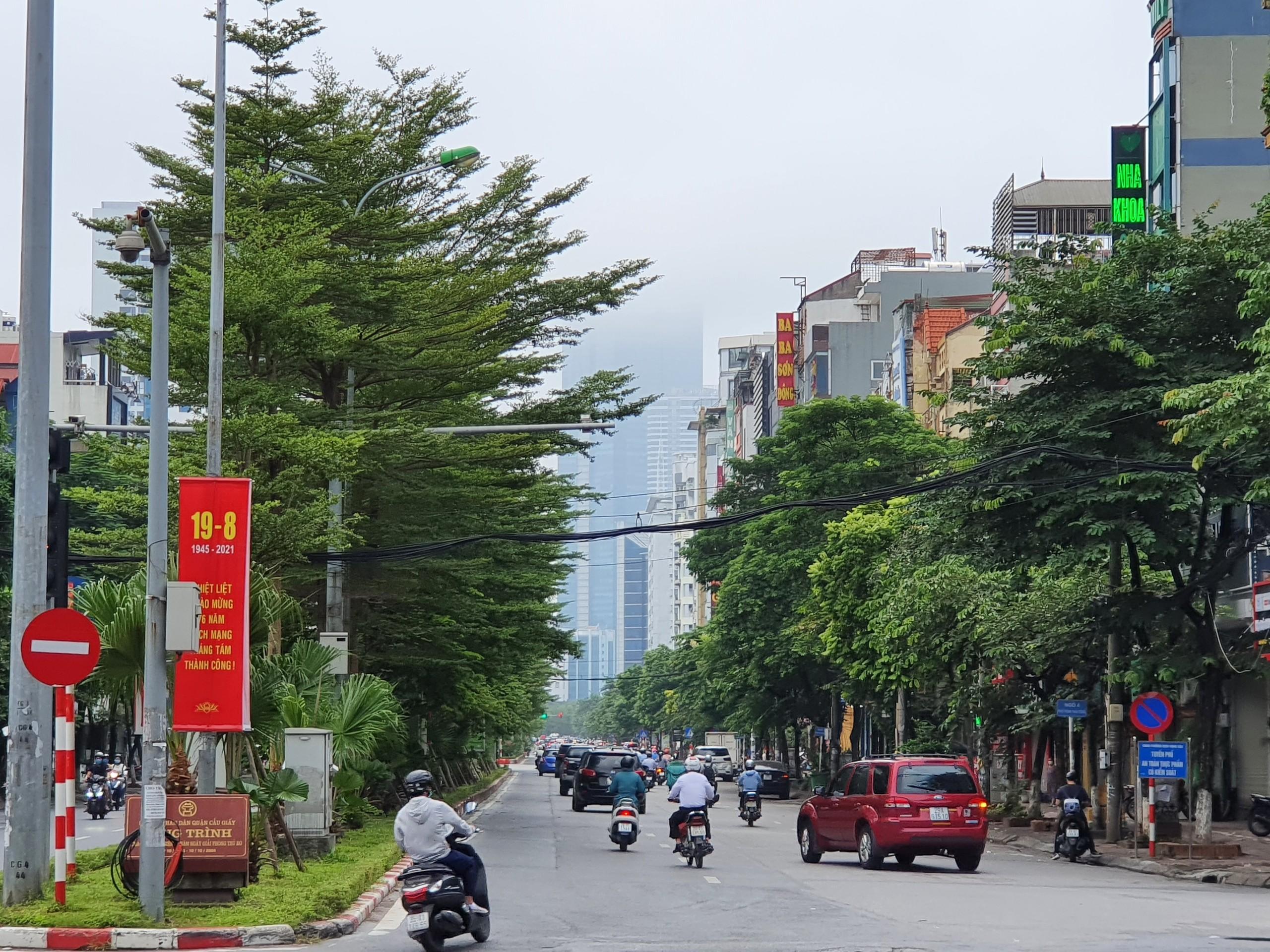 Đường phố Hà Nội đông vui sau khi chính quyền nới quy định về đi lại - Ảnh 2