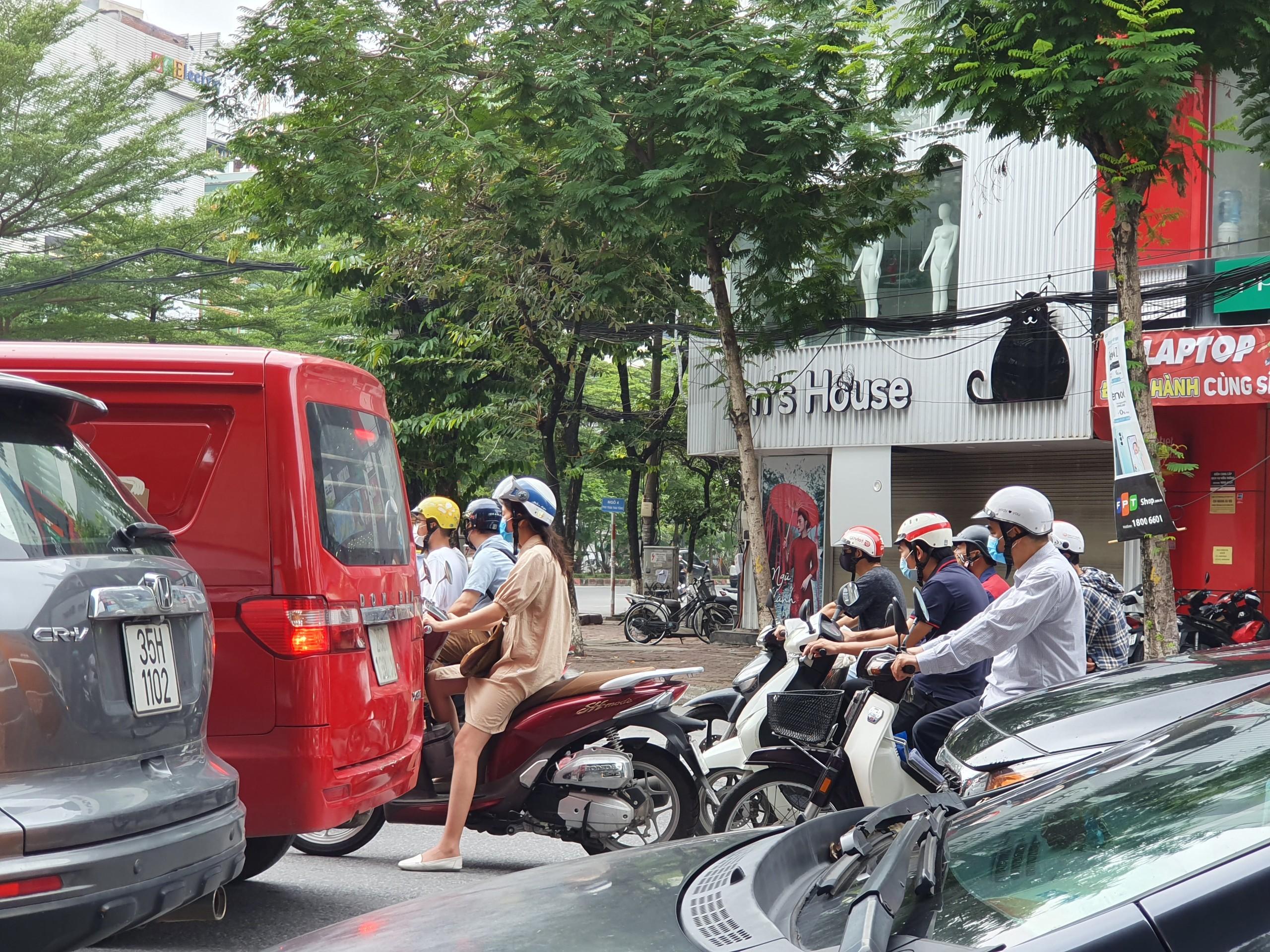 Đường phố Hà Nội đông vui sau khi chính quyền nới quy định về đi lại - Ảnh 3