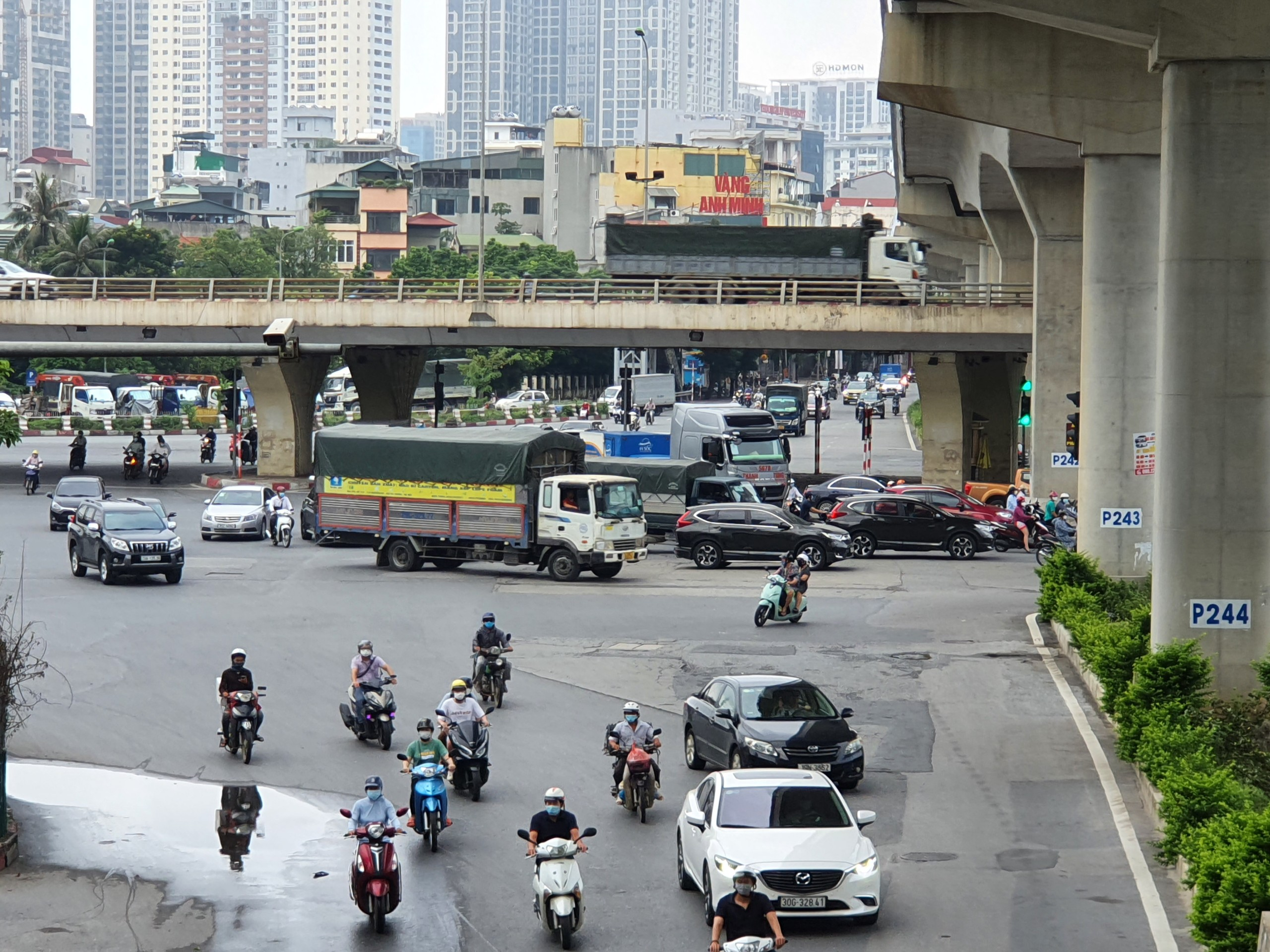 Đường phố Hà Nội đông vui sau khi chính quyền nới quy định về đi lại - Ảnh 1