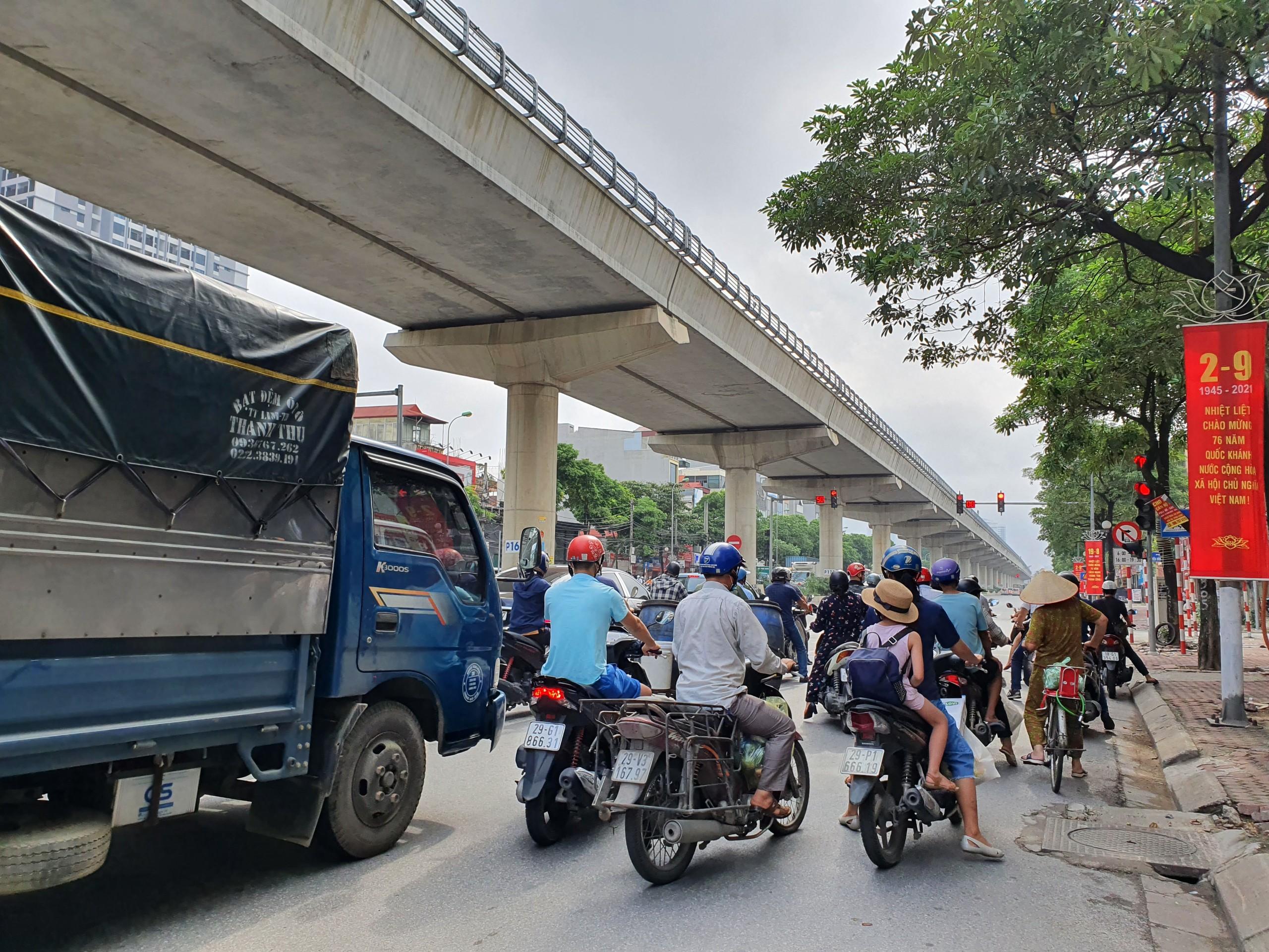 Quốc lộ 32 (đoạn qua Cầu Diễn) đã không còn bóng dáng của lực lượng chức năng kiểm soát giấy đi đường.