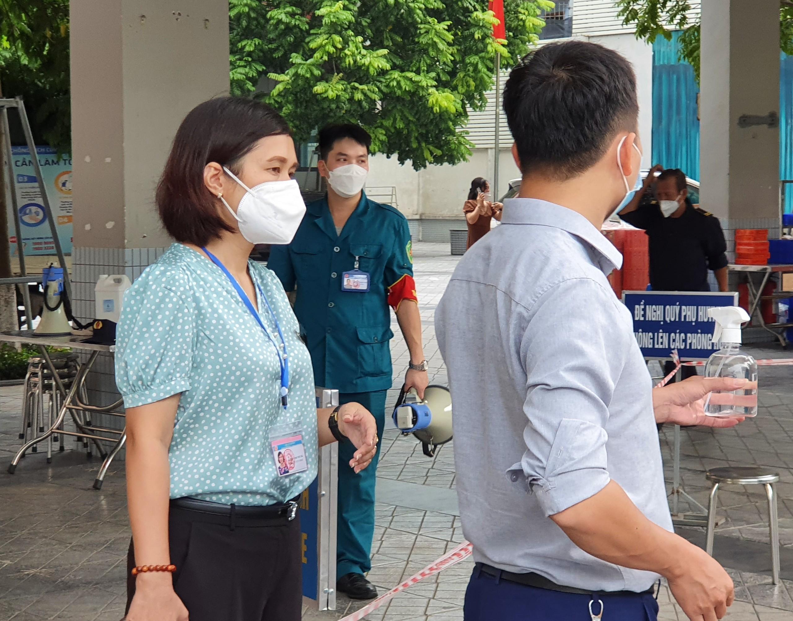 Bà Nguyễn Thị Việt Hà, Phó Chủ tịch UBND phường Thụy Khuê cũng đã có mặt từ sớm để giám sát việc thực hiện mua bán tại đây.