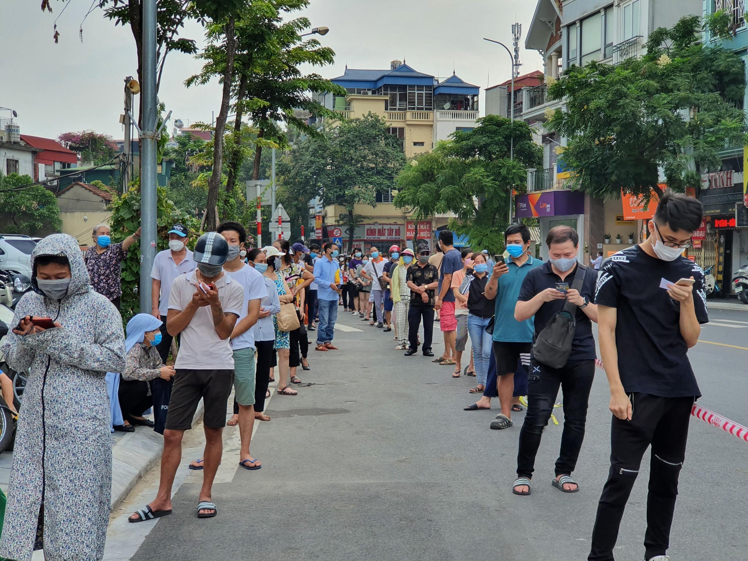 Người dân xếp hàng dài cả cây số để chờ mua bánh trung thu truyền thống.