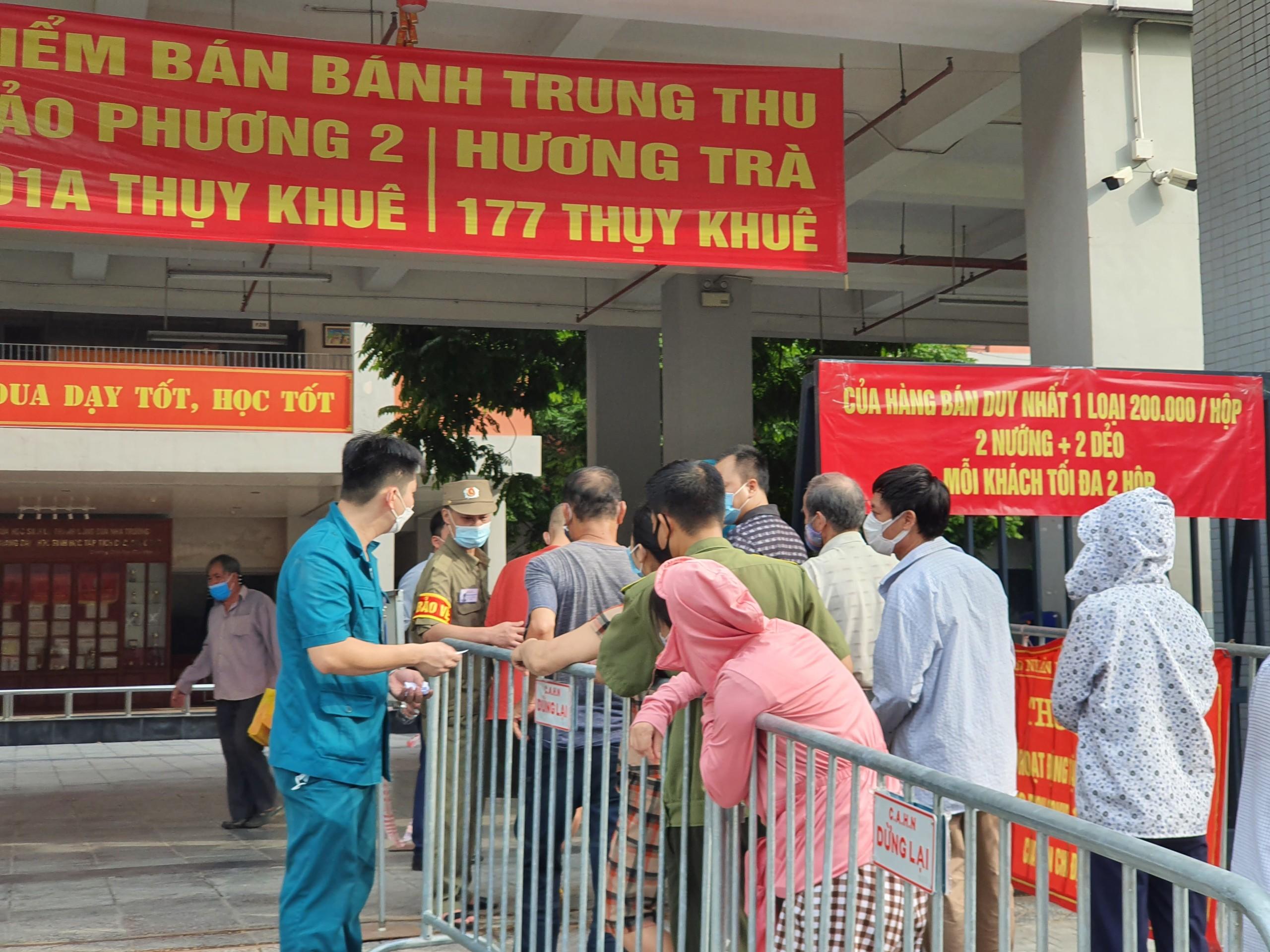 Trường Tiểu học Chu Văn An trở thành địa điểm bán hàng.
