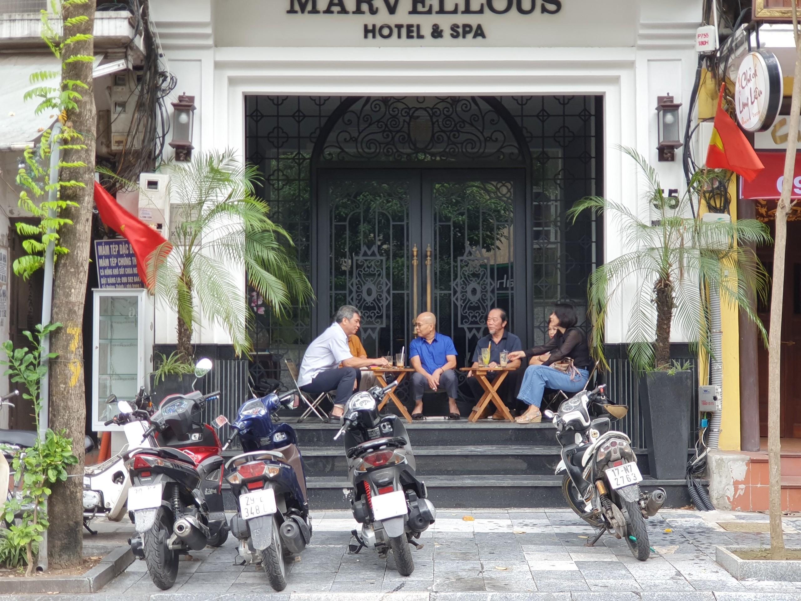 [ẢNH] Dân Hà Nội đổ ra ngồi cà phê, chủ quán 'đuổi' khách quầy quậy - Ảnh 1