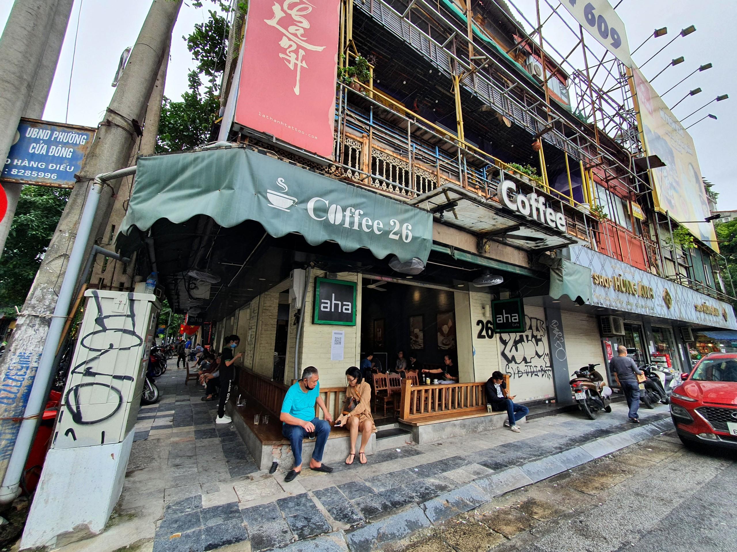 Bắt đầu từ 6h sáng nay, 14/10, TP Hà Nội cho phép nhà hàng, cơ sở kinh doanh dịch vụ ăn, uống (trừ các cơ sở kinh doanh rượu, bia, bia hơi) được phép kinh doanh, phục vụ tại chỗ,không quá 50%chỗ ngồi.