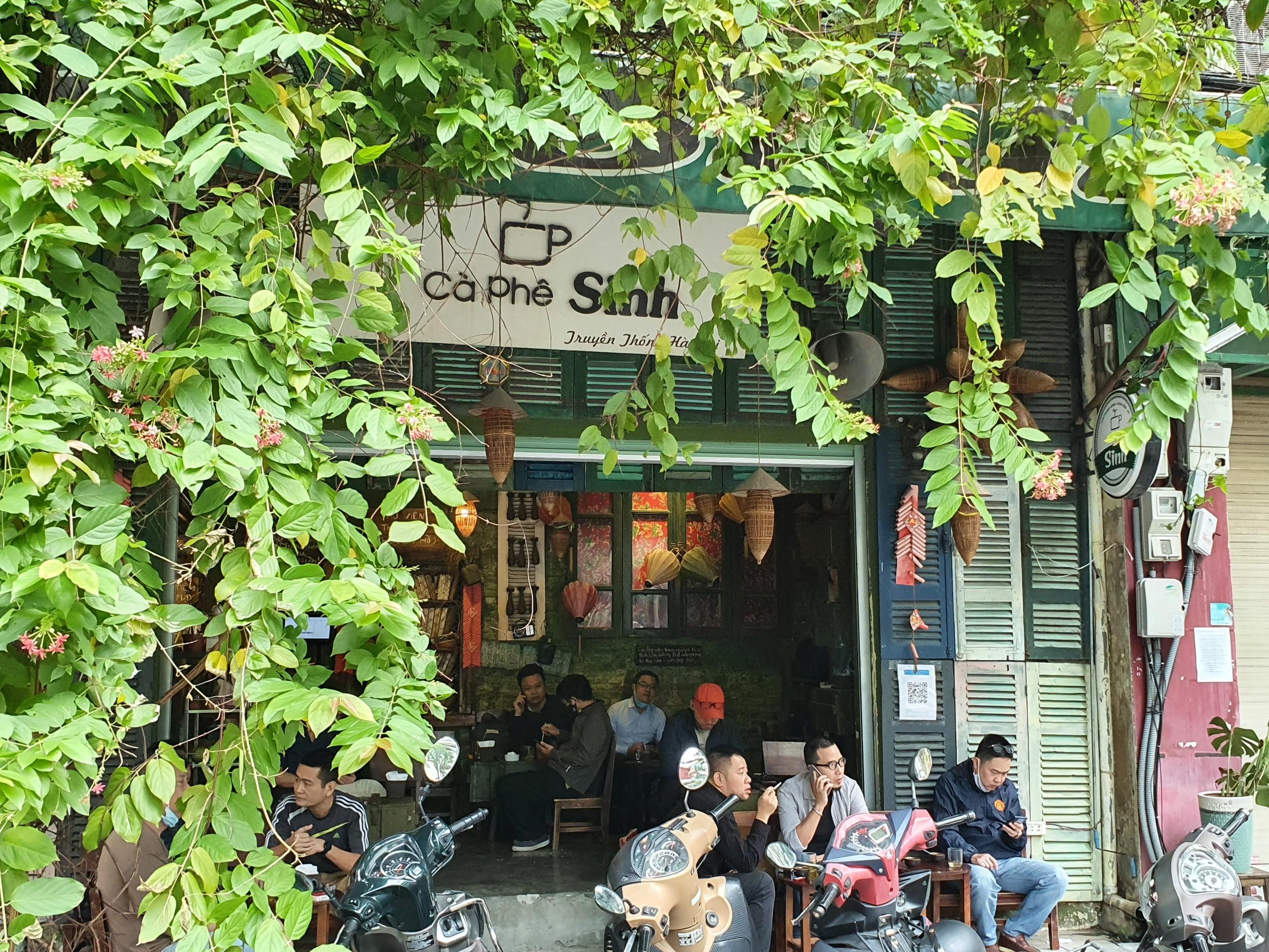 Ghi nhận của PV Đại Đoàn Kết Online, ngay từ sáng sớm, rất nhiều người dân thủ đô đã tìm cho mình những quán cà phê quen thuộc sau thời gian dài giãn cách xã hội.