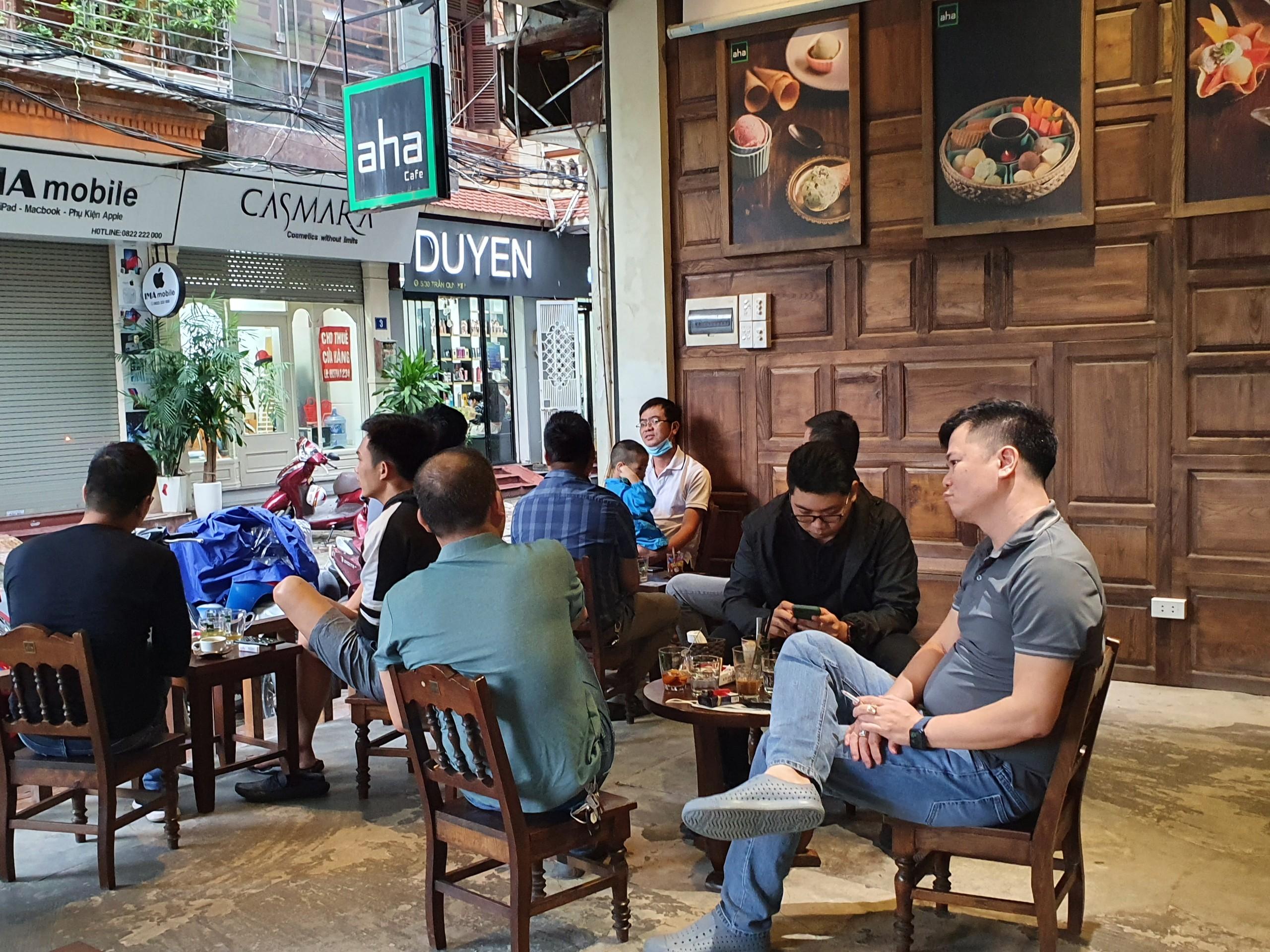 Hàng loạt quán cà phê đã mở cửa trong sáng nay.