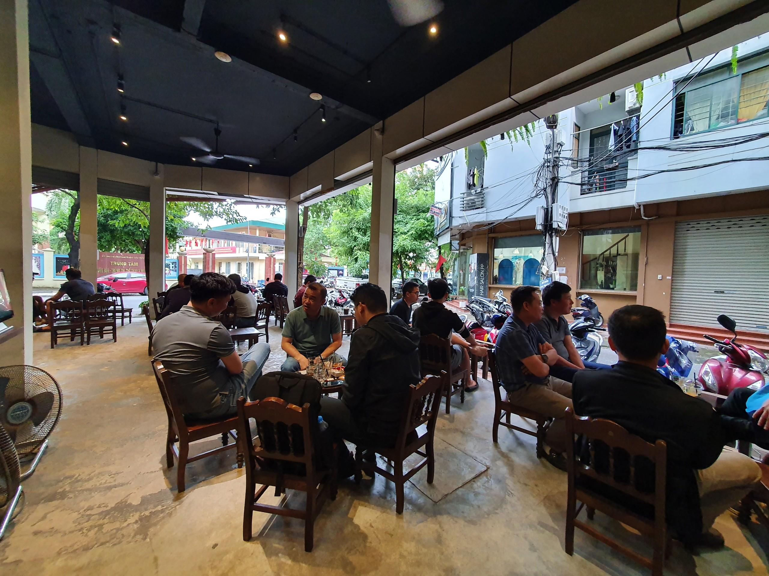 """Quản lý tại một cửa hàng cà phê trên đường Trần Quý Kiên cho biết, lượng khách đến với quán đông hơn rất nhiều so với tưởng tượng của anh. """"Từ sáng chúng tôi đã phải """"đuổi khéo"""" rất nhiều khách hàng vì không được ngồi quá 50% chỗ ngồi theo quy định""""."""