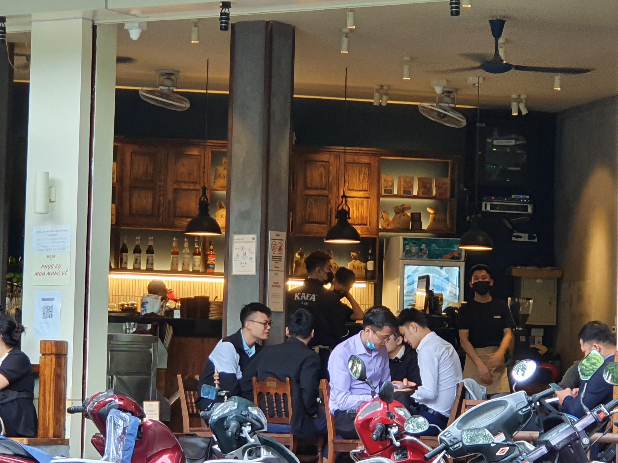 Dù thời tiết mưa lạnh nhưng quán cà phê nào cũng rất đông đúc.