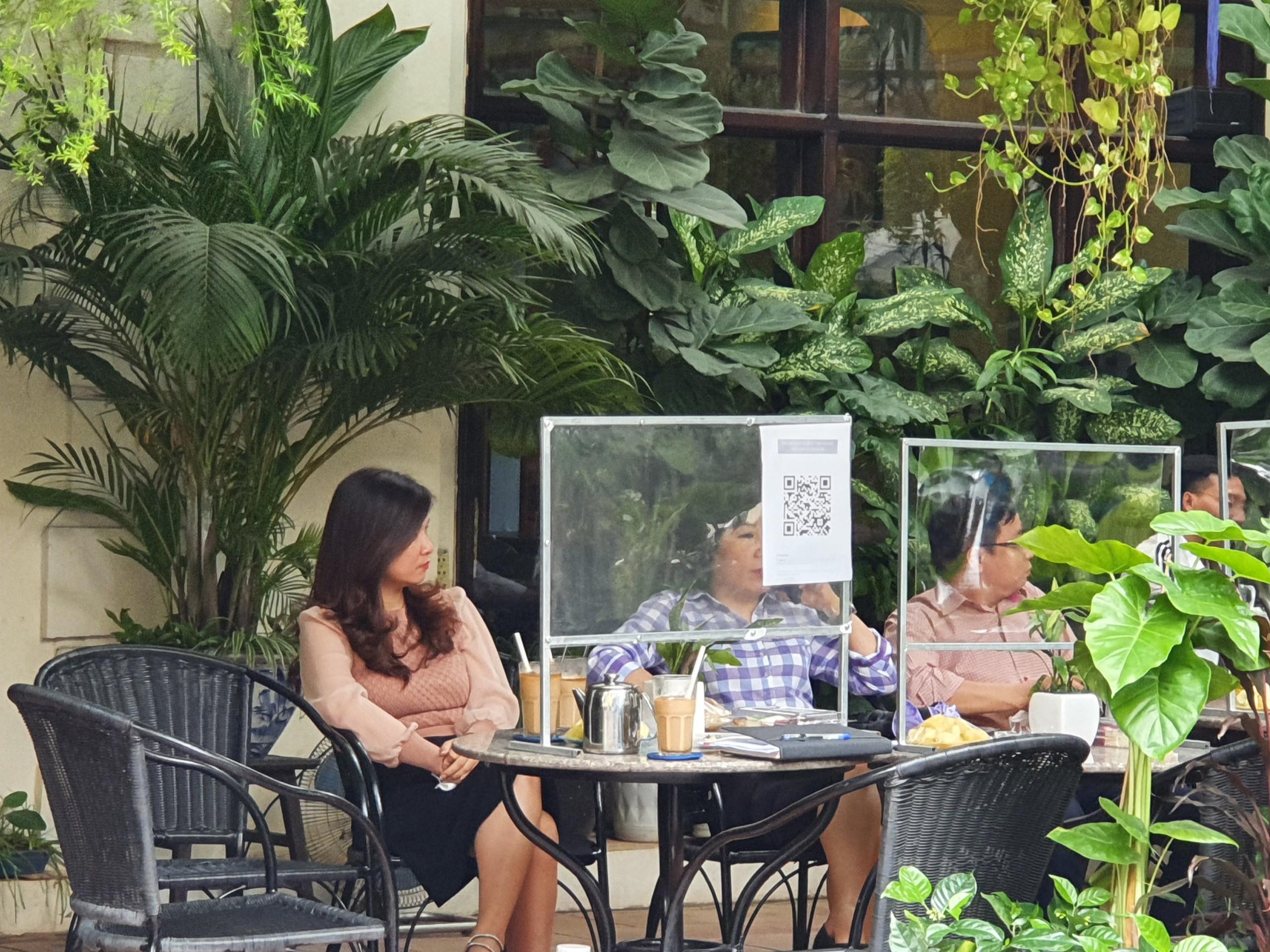 Các quán cà phê trên phố Tống Duy Tân đều được trang bị vách ngăn chống giọt bắn theo đúng quy định.