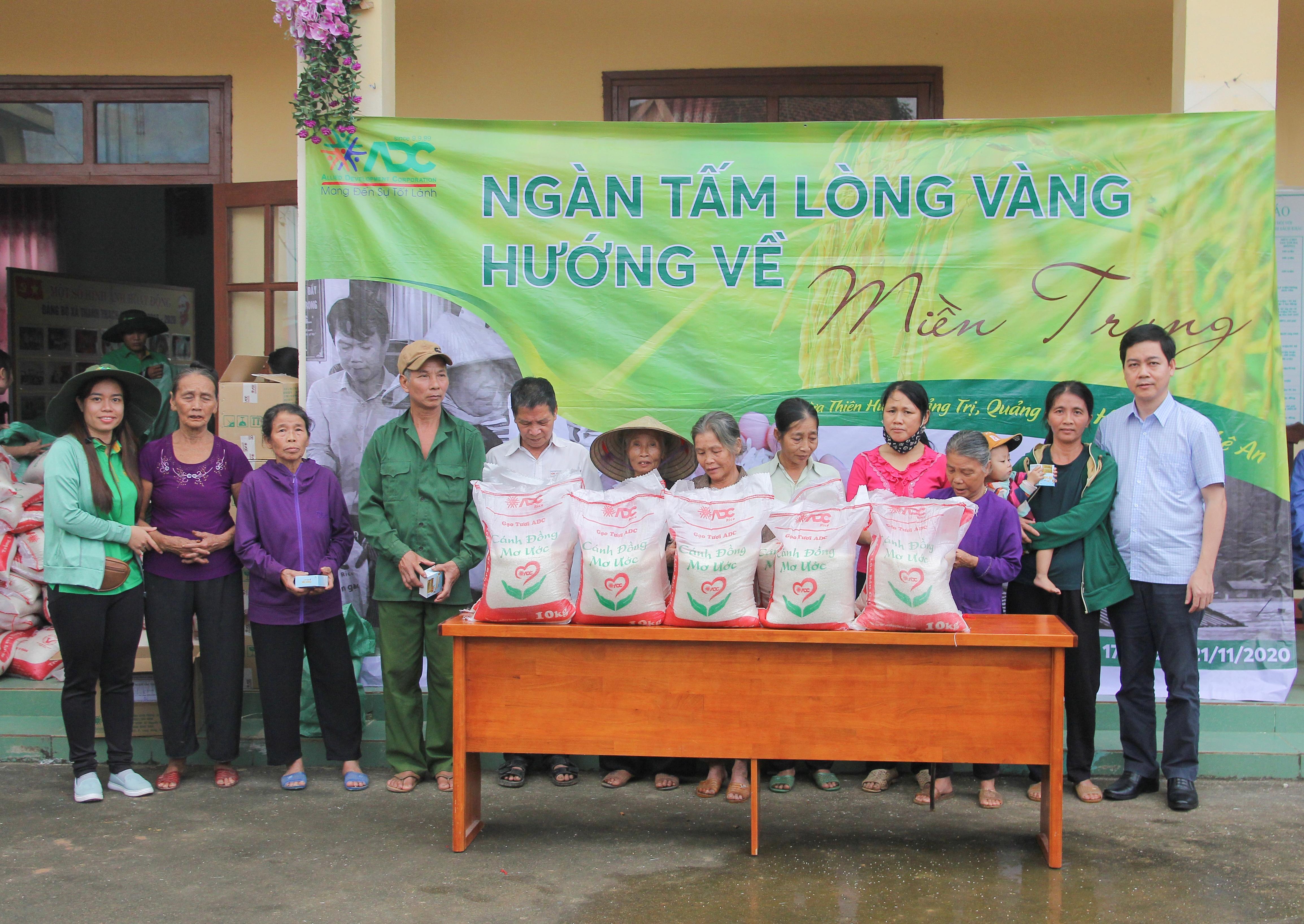 Trao quà hỗ trợ người dân vùng bị thiệt hại do bão lũ ở xã Thạch Hóa.