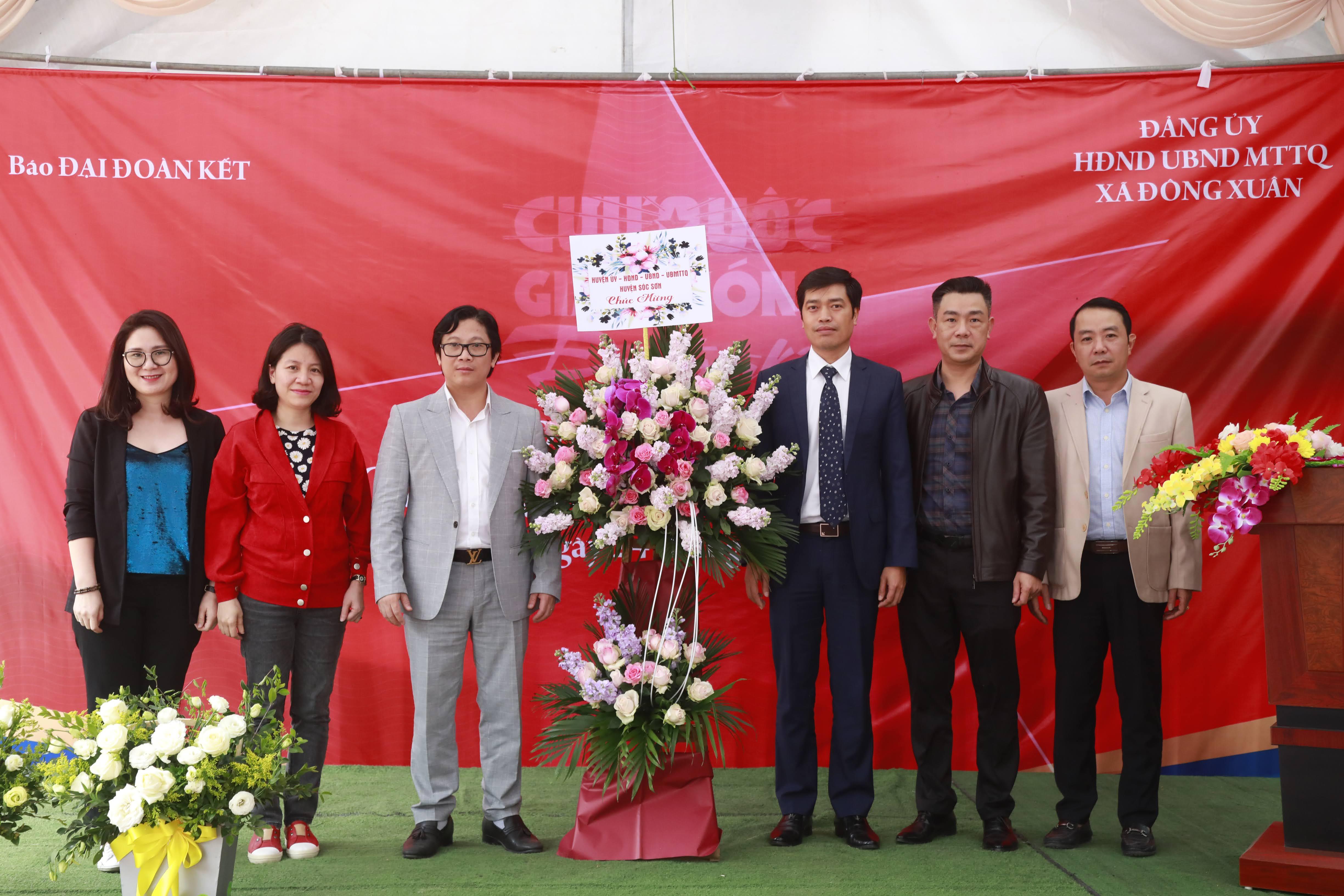 Phó Tổng biên tập phụ trách Lê Anh Đạt nhận lẵng hoa chúc mừng từ lãnh đạo huyện Sóc Sơn. Ảnh: Quang Vinh.